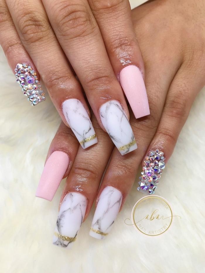 uñas acrilicas de diseño, ideas super originales y bonitas, decoración en blanco y rosado con piedras decorativas