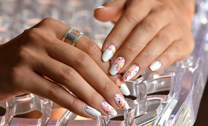 diseño de uñas acrilicas en colores pastel, fondo blanco y motivos florales en rosado, decoración uñas largas de forma ovalada