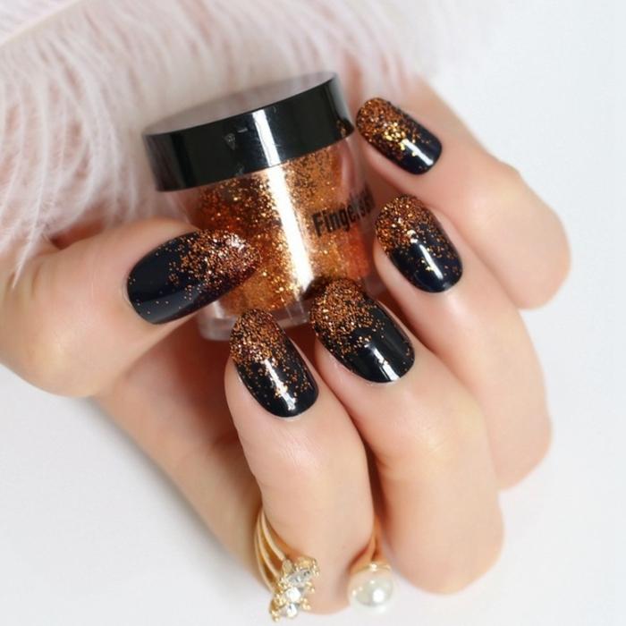 uñas en acrilico decoradas con purpurina en dorado, uñas en negro, bonitas ideas de diseños modernos