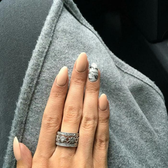 uñas en acrilico super elegantes, diseño en beige, blanco y gris, uñas muy largas forma almendrada