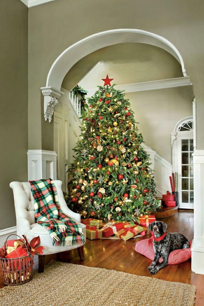 ideas de árboles de navidad originales, precioso salón decorado en estilo vintage, paredes verdes, grande árbol decorado en rojo y dorado