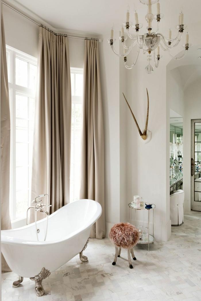cuartos de baño de diseño decorados en estilo vintage, precioso baño en beige, cortinas de diseño y bañera patas garra