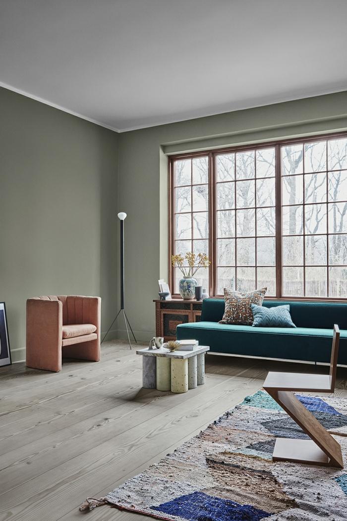 habitaciones pintadas en colores modernos, salón grande con paredes pintadas en verde claro, muebles de diseño