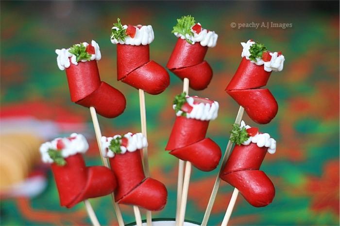 ideas super originales de entrantes navideños decorados, salchichas rojas decoradas como botas