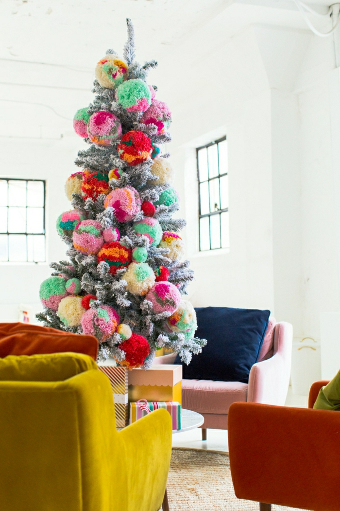 ejemplos alucinantes de decoración navideña moderna, árbol de navidad con pompones coloridos, árboles de navidad originales