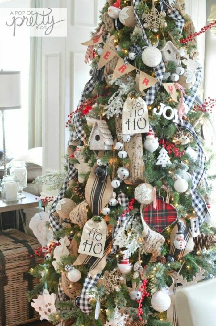 decoración árbol de navidad con muchos adornos en beige y rojo, árboles de navidad originales