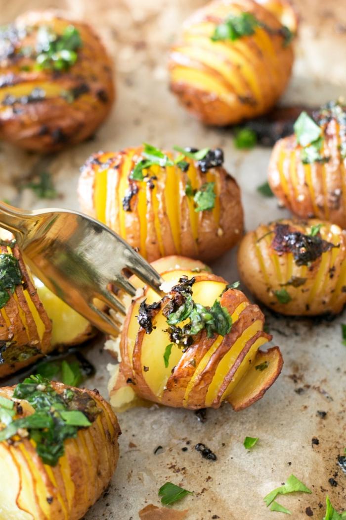 recetas rapidas y sanas veganas y vegetarianas, patatas al horno con ajo, albahaca y aceite de oliva