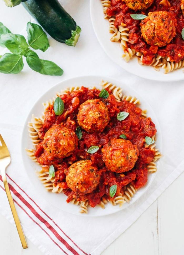 espaguetis veganos con albondiagas de calabacin, recetas veganas paso a paso, platos veganos y vegetarianos con recetas