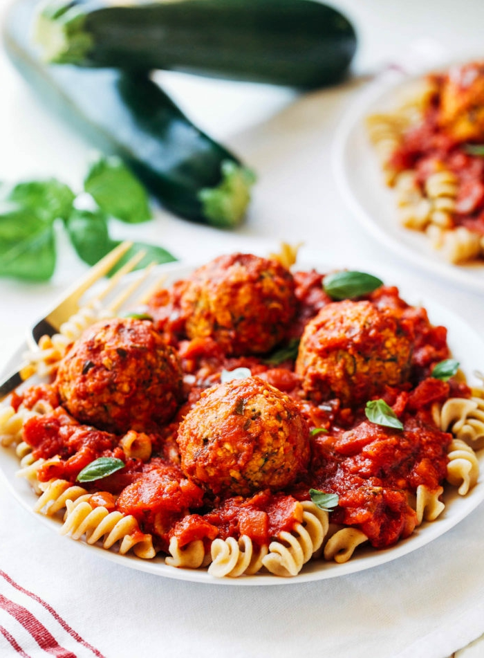 recetas veganas paso a paso, albóndigas veganos con pasta y salsa de tomate, albondigas de calabacines