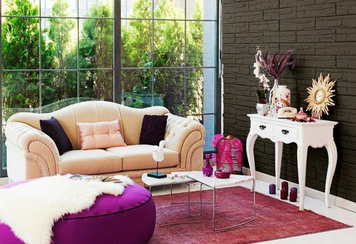 habitaciones pintadas en colores modernos 2019, muebles en estilo vintage, taburete oval en morado, sofá en beige