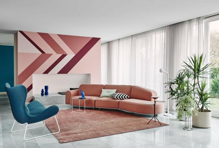 paredes pintadas originales, grande salón con muebles de diseño decorado según las últimas tendencias