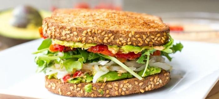 desayunos veganos super nutritivos, ricos y saludables, pan integral tostado con verduras y aguacate