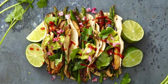 tacos veganos con esparragos, lima y pasta de aguacate, desayunos veganos saludables y nutritivos