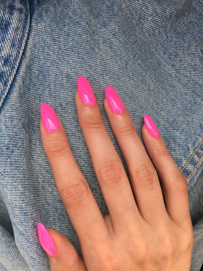 colores modernos para uñas 2018 2019, uñas acrilicas largas con forma almendrada pintadas en color fucsia