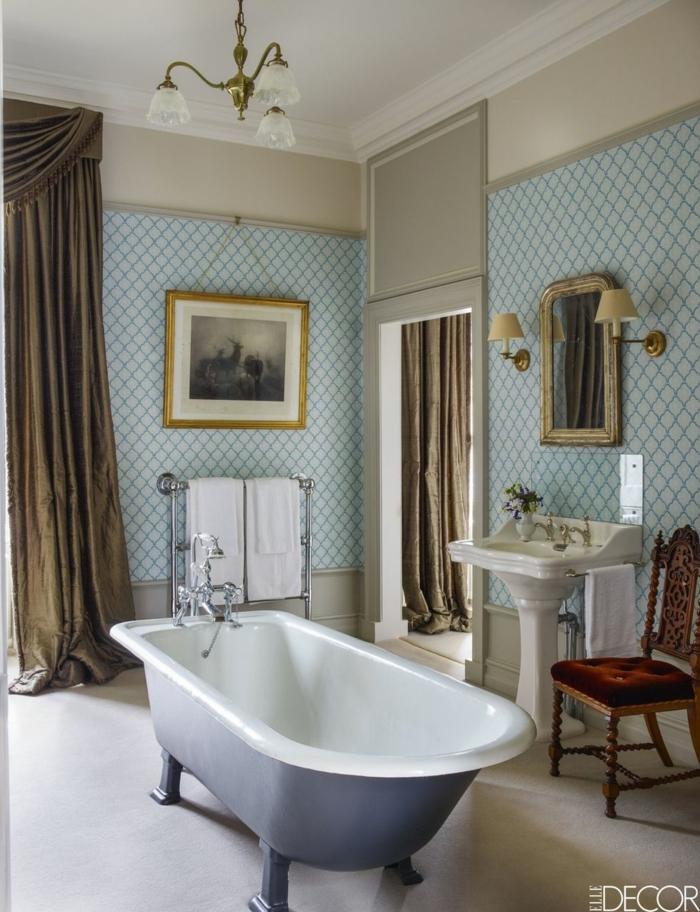 azulejos para baños modernos, cuarto de baño decorado en estilo vintage con paredes con papel pintado y bañera patas garra