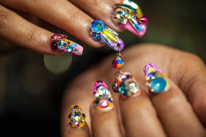 extravagantes propuestas de diseños de uñas acrílicas, uñas pintadas en muchos colores en acrílico con detalles 3D