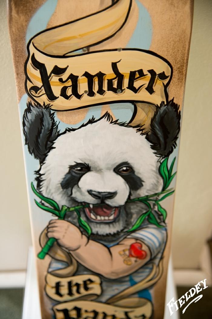 ideas originales de tatuajes old school, brazo entero tatuado, dibujo de panda en colores fuertes