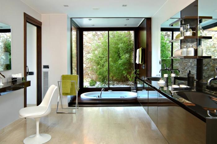 cuarto de baño grande y espacioso con bonita vista al jardín, suelo de parquet, luces empotradas