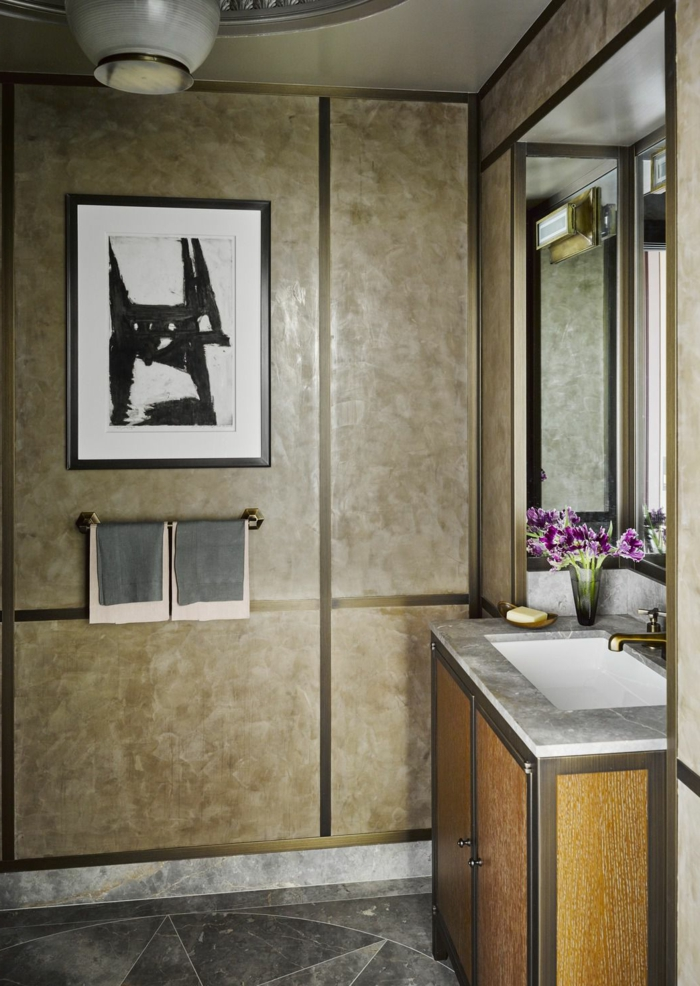 cuartos de baño de diseño 2018, precioso baño decorado en beige, pintura en la pared, decoración de flores