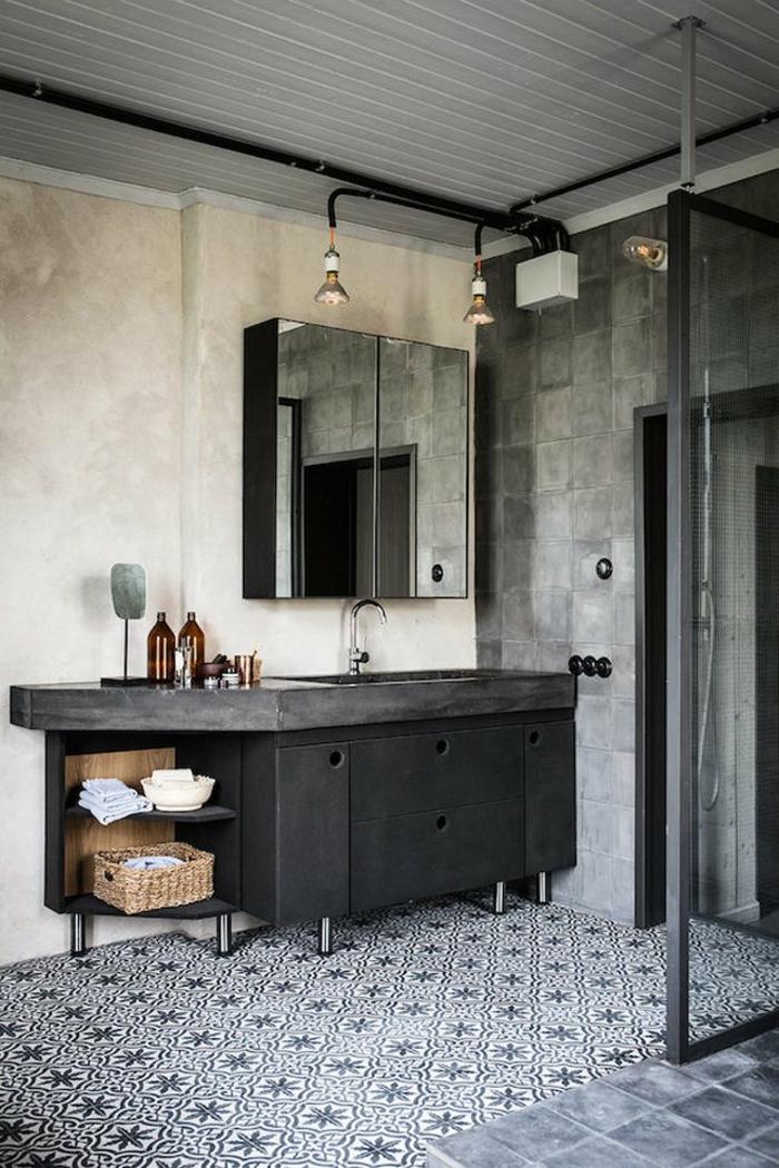 últimas tendencias en cuartos de baño en estilo industrial, azulejos mozáicos, armario gris, lámparas de diseño