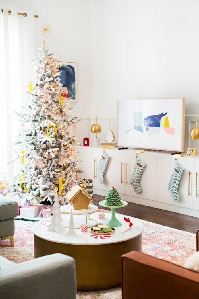 salón decorado con mucho encanto para Navidad, árboles de navidad originales, detalles decorativos en amarillo