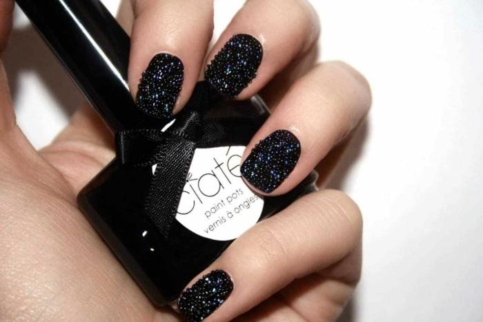 uñas en acrilico pintadas en negro con decoración tridimensional, tendencias uñas decoradas 2018 2019