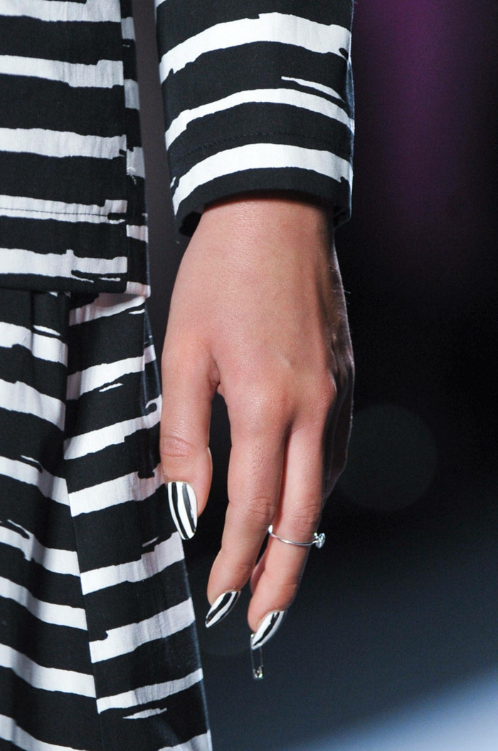 uñas acrílicas super modernas, decoración con elementos geométricos, uñas largas de forma almendrada con rayas en blanco y negro