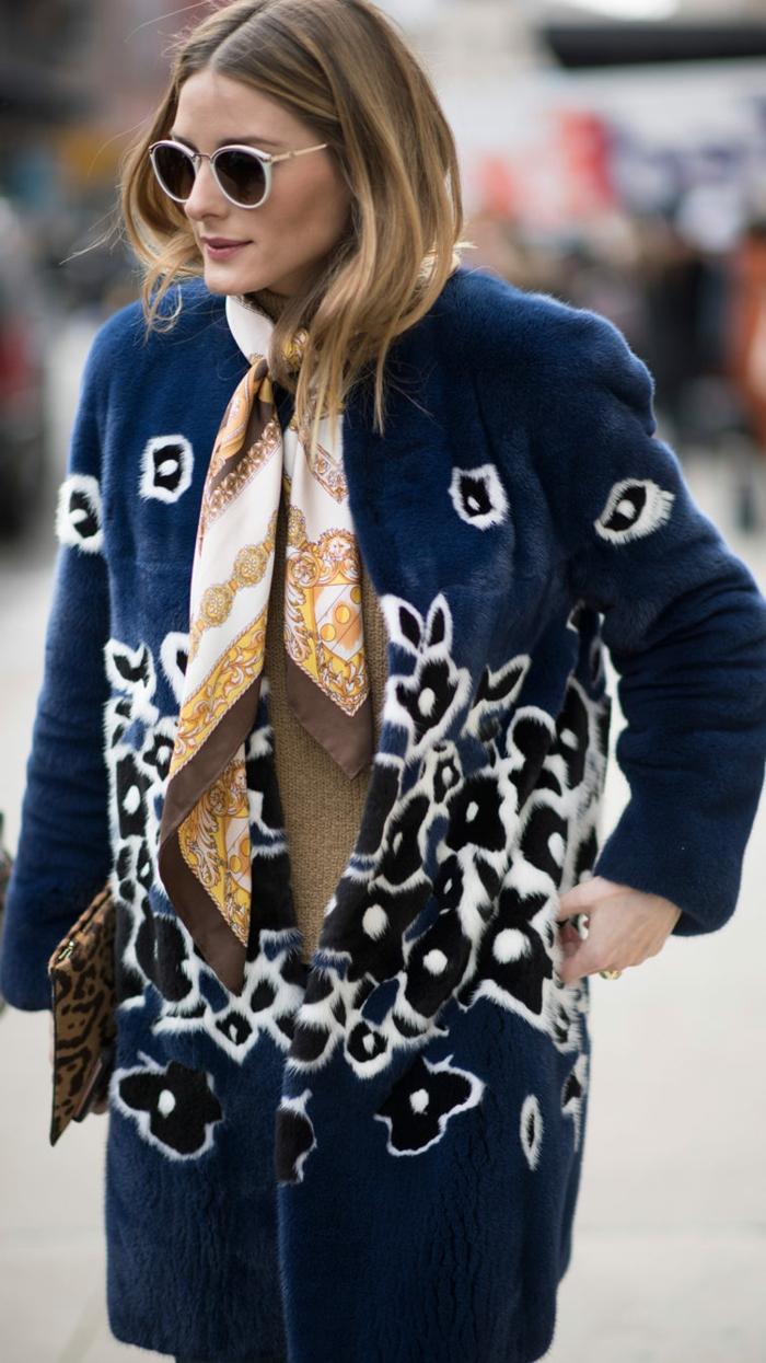 como ponerse un pañuelo en el cuello, tendencias moda mujer otoño invierno 2018 2019, trench coat azul con motivos florales