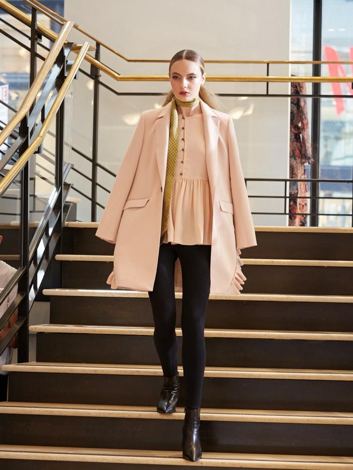 maneras de ponerse un pañuelo largo, atuendo elegante en rosado, negro y dorado, mujer con pelo recogido en coleta