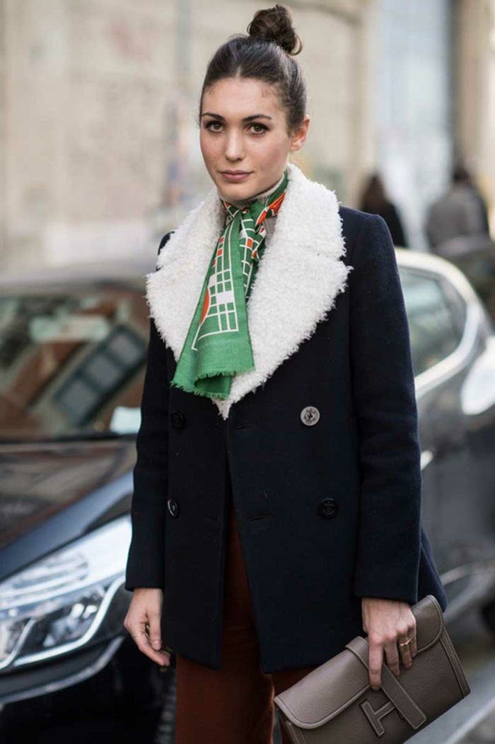 elegantes ejemplos sobre como ponerse un pañuelo en el cuello, abrigo azul, pantalon en color bordeos pañuelo verde
