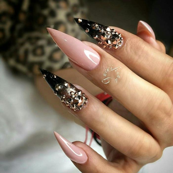 uñas de acrilico super largas con diseño original, forma de uñas stilleto, decoración en rosado y negro, piedras decorativas