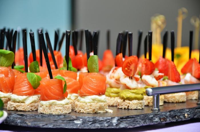 ideas de aperitivos faciles para navidad, pichos con salmón, tostadas con queso crema y salmón ahumado