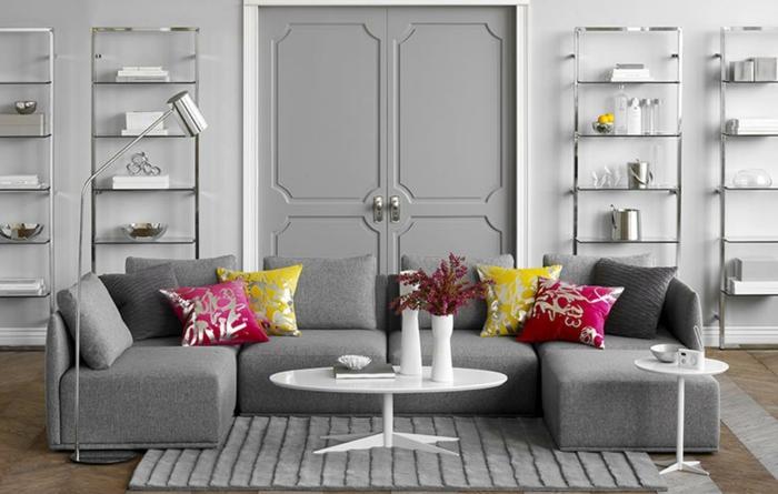 salón grande con muebles de diseño decorado según las ultimas tendencias en decoracion de paredes