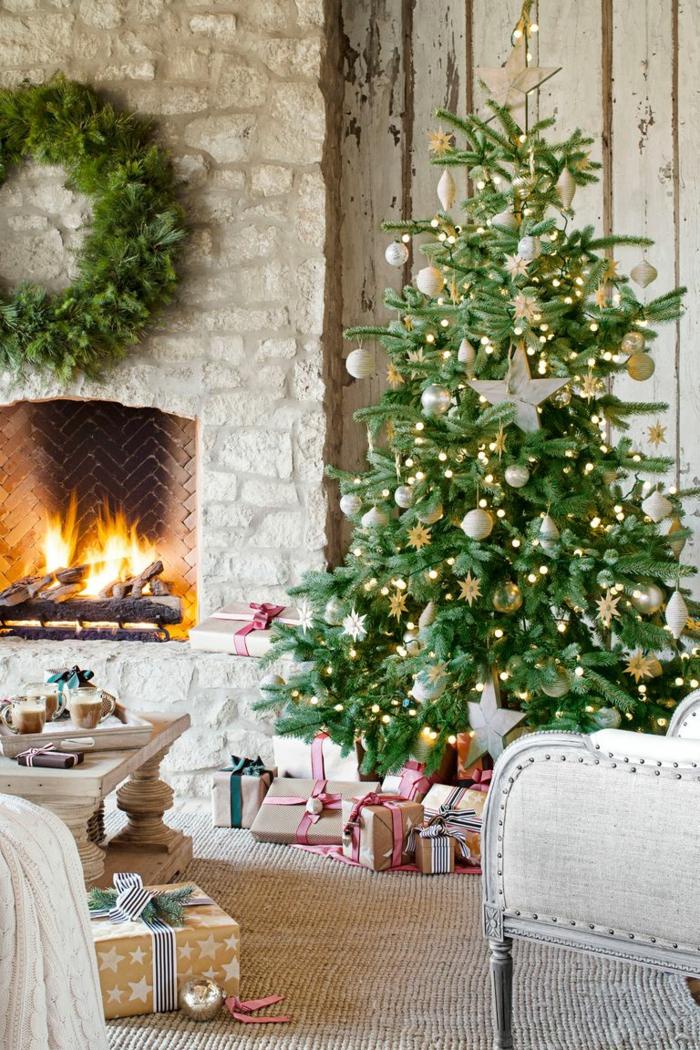 árboles de navidad originales decorados con adornos navideños en dorado, precioso salón en estilo rústico con chimenea de leña