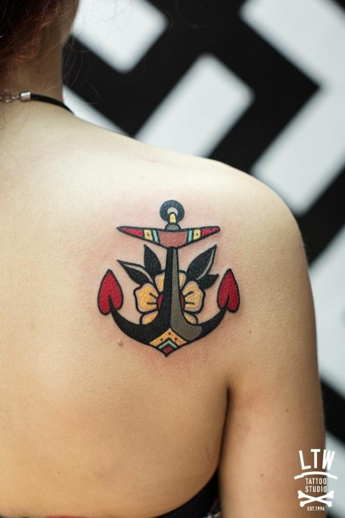 ideas de tatuajes tradicionales para hombres y mujeres, ancla colorida en la espalda, tatuajes faciles
