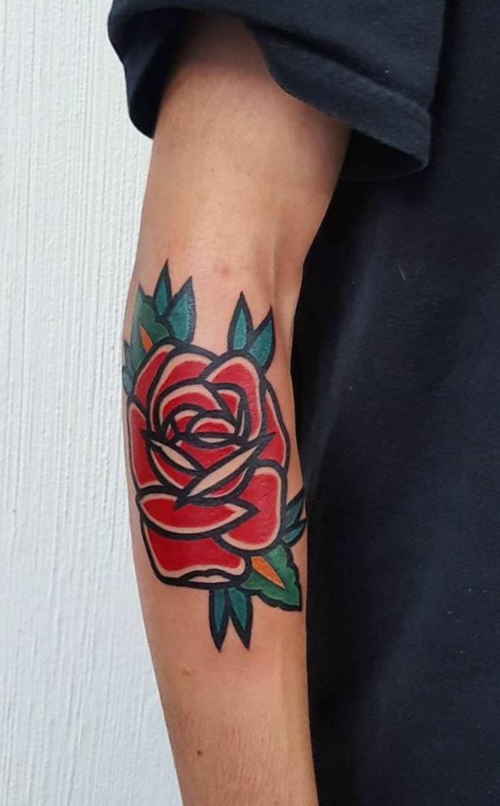 tatuajes tradicionales para hombres y mujeres, grande rosa en estilo vintage tatuada en el antebrazo en color rojo fuego