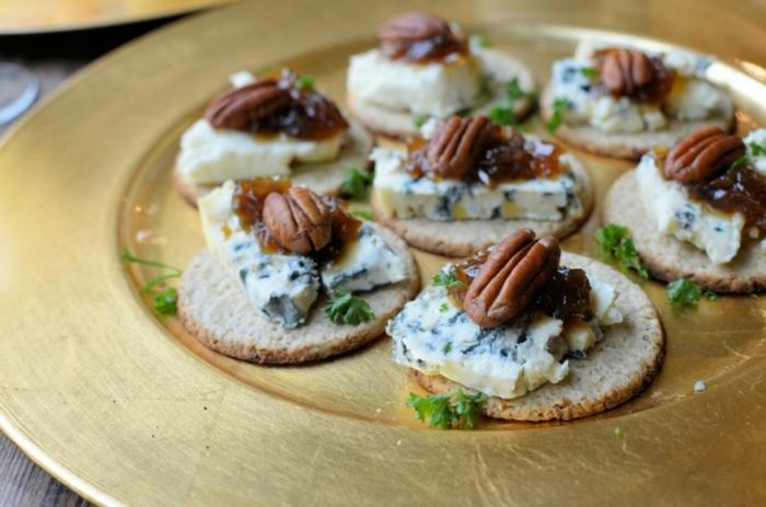 aperitivos faciles para Navidad, galletas saladas con queso azul y nueces pecanas, ideas entrantes ricos en imágines