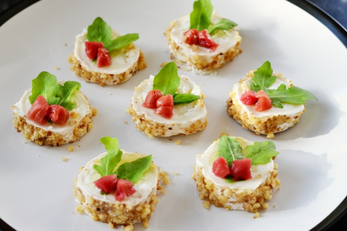 ideas de canapes para navidad saludables, tartitas de arroz con queso crema y albahacas, originales ideas de entrantes