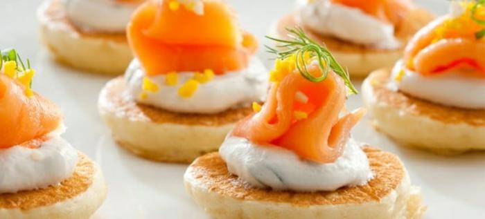 ideas de aperitivos frios para navidad, mini tartas con crema de yogur y salmón ahumado adornado con eneldo