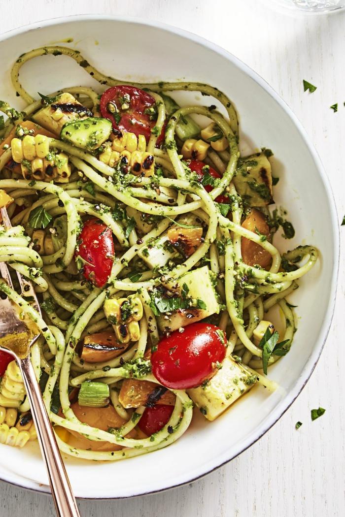 pastas veganas con pesto casero, calabacines, tomates cherry y maiz, recetas rapidas y sanas