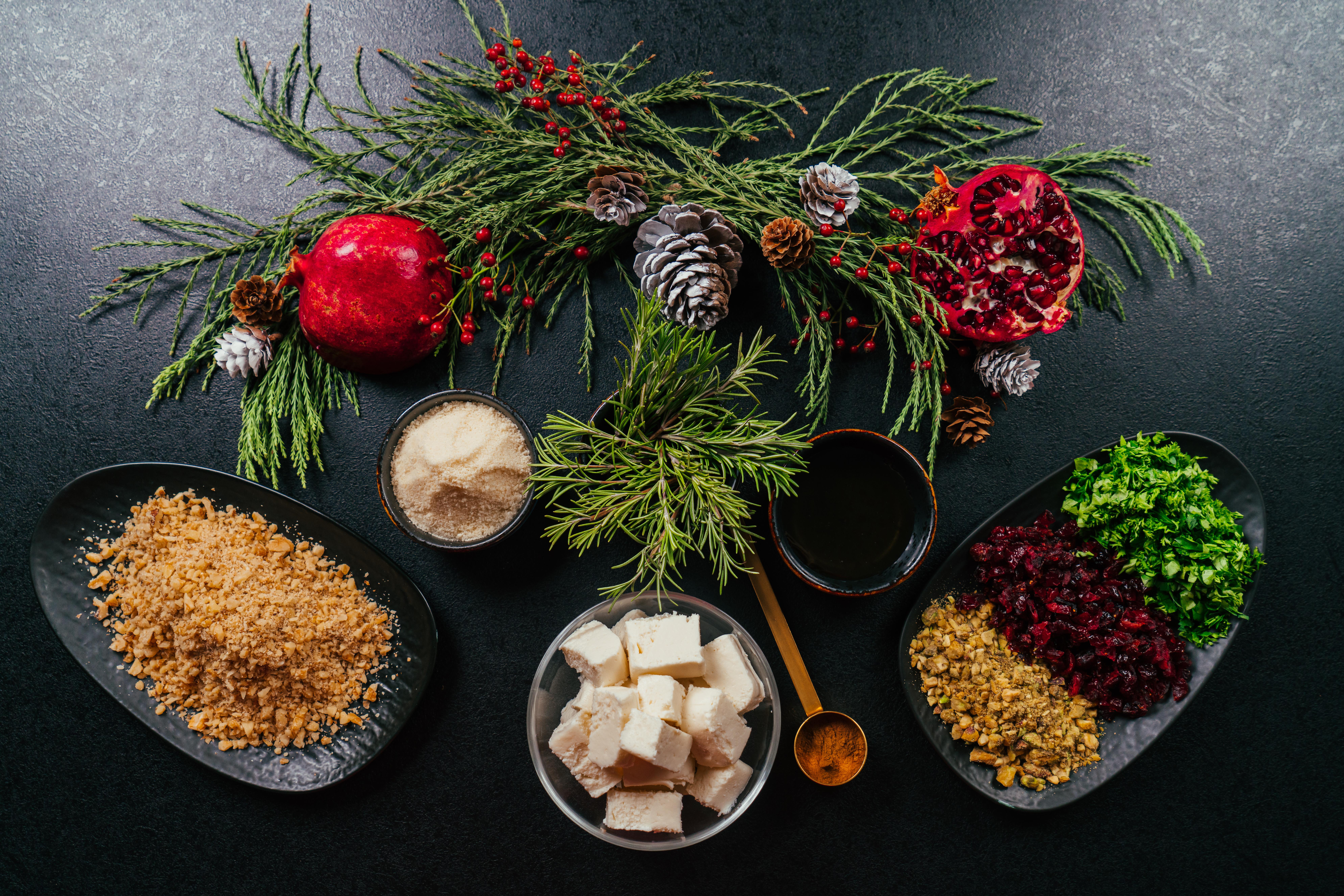 ingredientes necesarios para hacer bocados navideños fáciles y rápidos, bolas de queso crema, parmesano y frutas secas