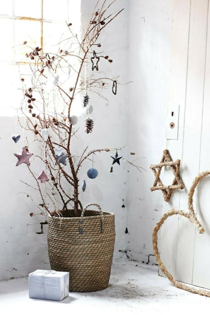 ideas de arbol de navidad reciclado, macetero de mimbre, árbol de navidad original, adornos navideños en colores pasteles