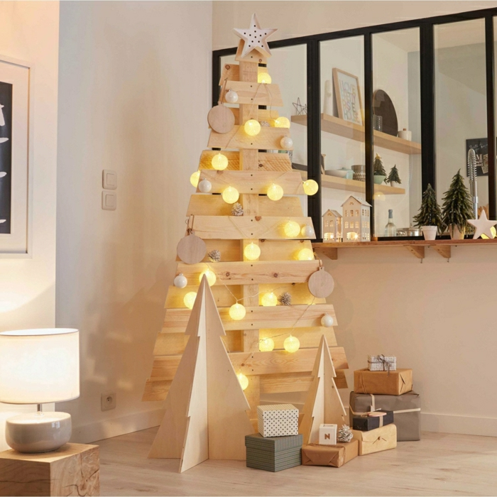 precioso arbol de navidad de madera con bolas navideñas relucientes, decoración navideña para ambientes en estilo nórdico