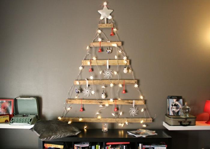 bonitas ideas de decoración navideña DIY, arbol de navidad de madera decorado con muchos detalles