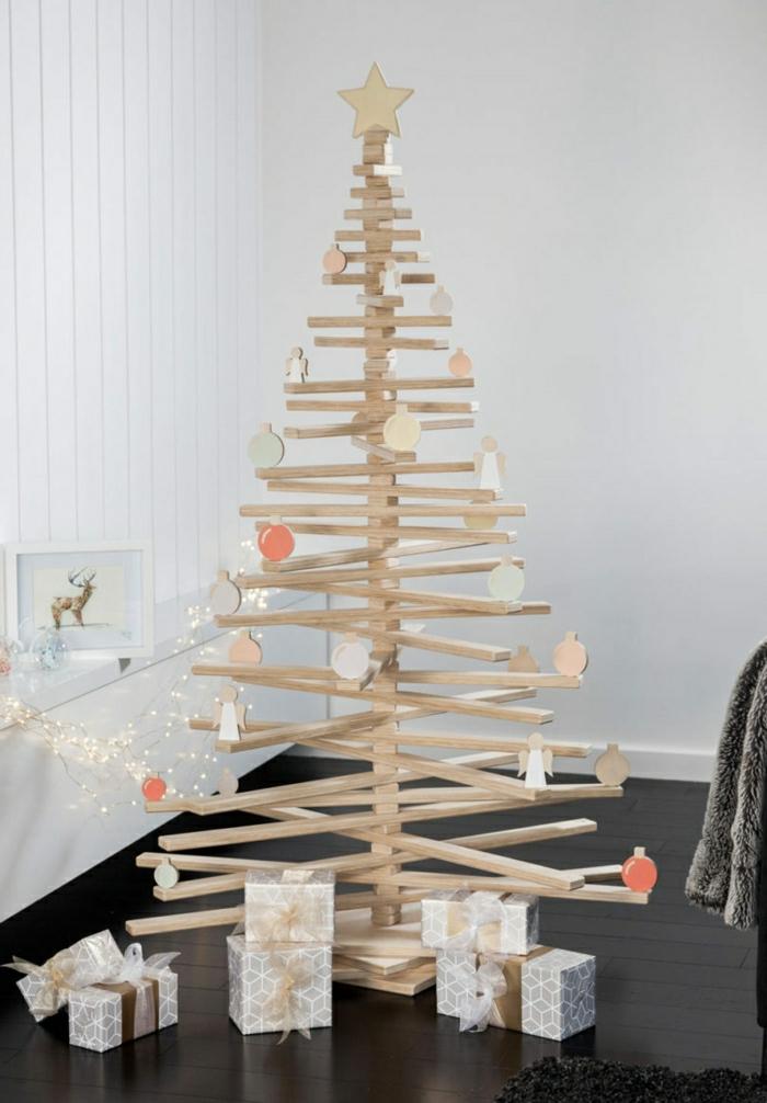originales propuestas de arboles de navidad de materiales reciclados, arbol de navidad de madera con decoración minimalista