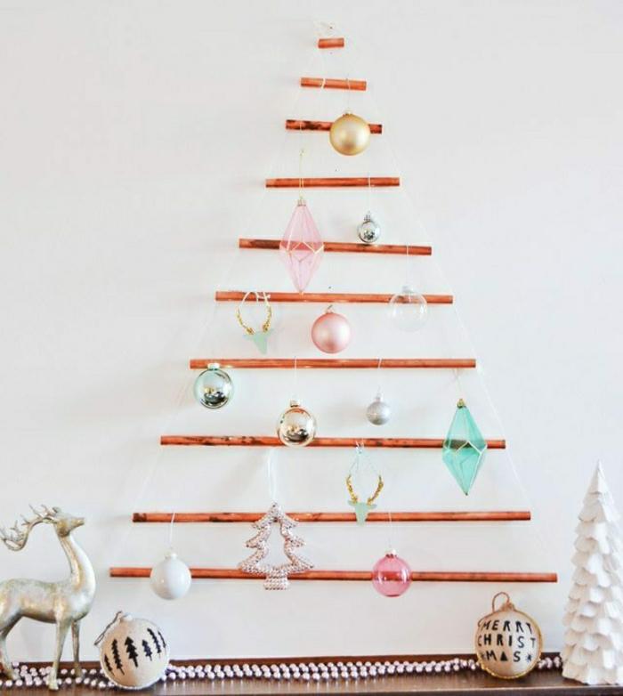 arbol de navidad casero hechos de palos de madera, preciosa decoración con adornos navideños en colores pastel