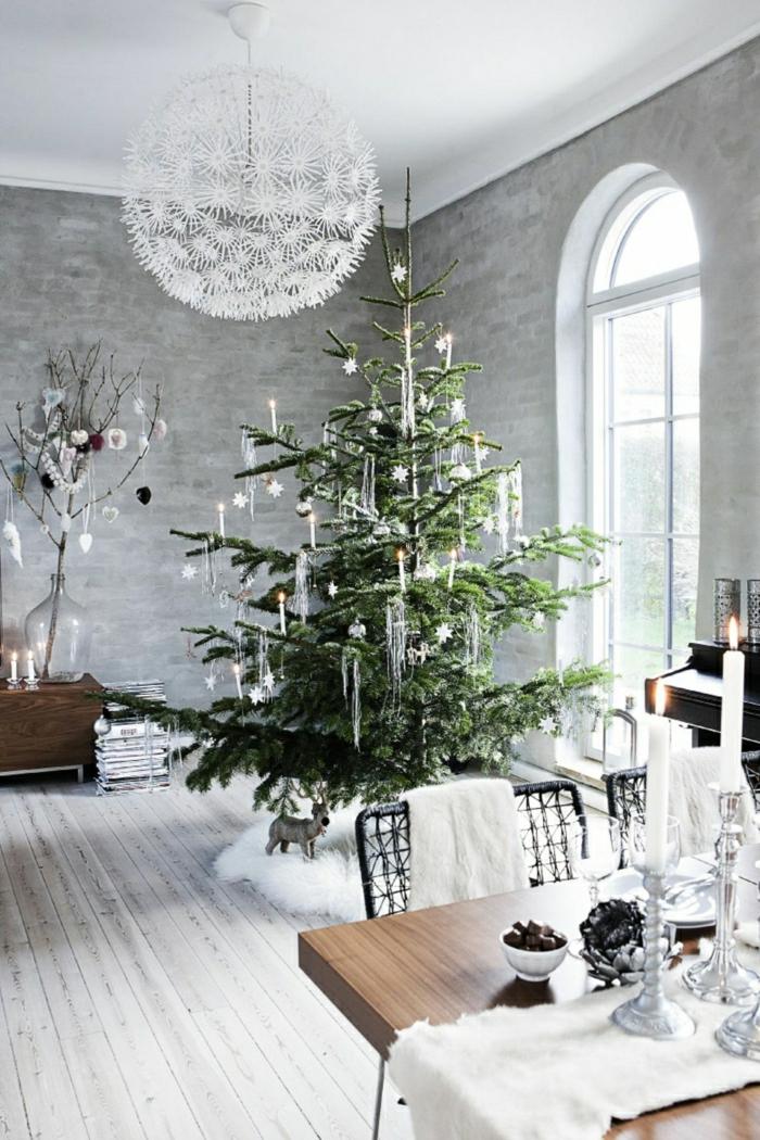 arboles navideños decorados para ambientes en estilo nórdico y rústico, adornos navideños velas