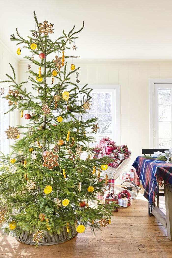 ingeniosas propuestas de arboles navideños decorados con decoración DIY, adornos navideños hechos con materiales reciclados