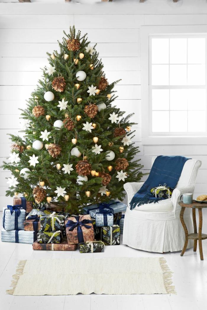arboles navideños decorados con materiales reciclados, preciosa decoración con piñas y detalles decorativos blancos