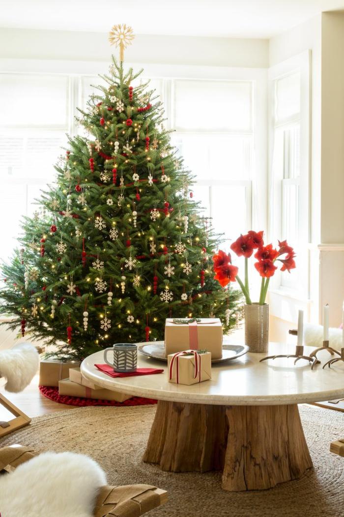 como decorar un arbol de navidad de manera tradicional, mini adornos navideños en rojo y dorado, ambiente en estilo rústico